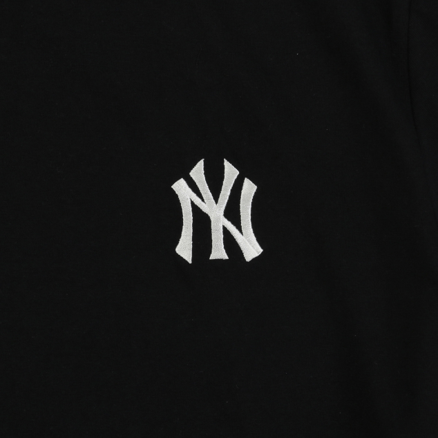 NEW YORK YANKEES POPPING BIG LOGO SHORT SLEEVED T-SHIRT